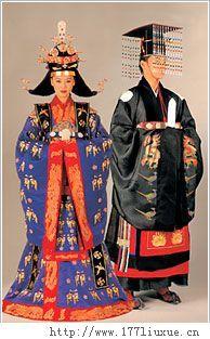 韩国的传统服装韩服, 优雅而有品位。近代逐渐被洋服替代,只有在节日和有特殊意义的日子里才穿。女式韩服是短上衣搭配宽长的裙子, 看上去优雅而又温柔;男式韩服则是裤子,搭配短上衣、背心或马甲,精神而又有品位。白色是韩服的基本色, 随季节……