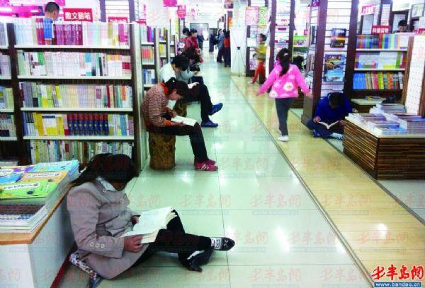"""alt=""""国际儿童读书日:建议家长培养孩子的阅读习惯"""""""
