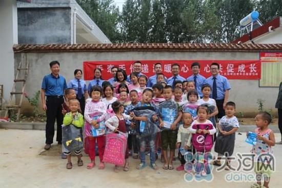 论文 → 叶县检察院干警关爱留守儿童开学前进行普法