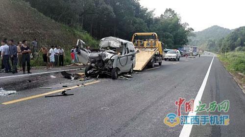 面包车追尾运煤货车车头被撕裂2人身亡(图)