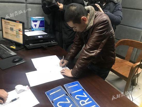 蓉的哥酒驾被吊销驾照无证驾驶克隆出租车被拘20天