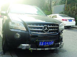 奔驰车一路连撞后被弃路边车主称车已抵债他人