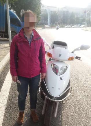 女子无证驾驶无牌摩托车 说是正要去考驾照