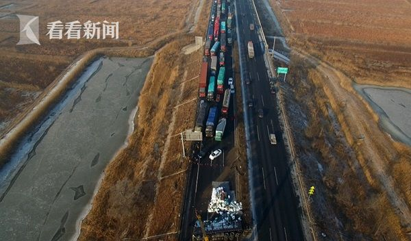 京沈高速辽宁段30多辆车连环相撞拥堵十余公里多人受伤被困