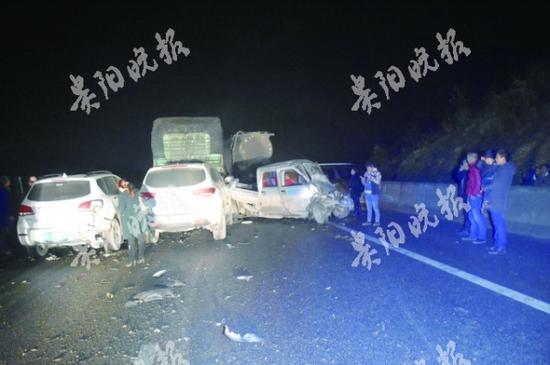 杭瑞高速:?#35775;?#32467;冰11辆车连环相撞一人不幸身亡