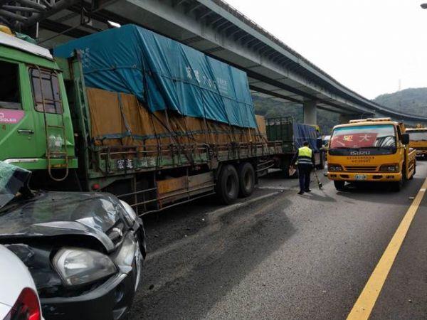 台中山高速发生连环车祸11车相撞造成5人伤
