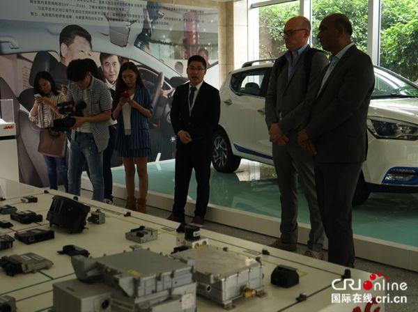 """海外大V看合肥:试驾新能源汽车点赞""""创新之都""""发展"""