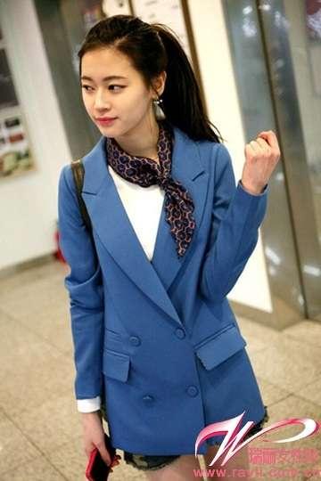宝蓝色复古外套搭配丝巾和牛仔短裤