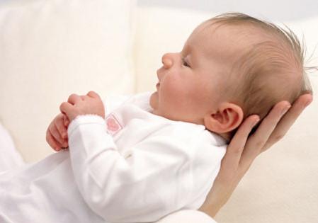 新生婴儿吃奶后打嗝是怎么回事?