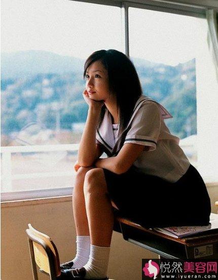 """而很多已婚的日本女人,""""不伦""""、""""婚外恋""""也已成为她们追赶的时尚和潮流。调查表明,认为婚后必须保持""""纯洁""""者已由1968年的53%降至如今(2003年)的31%。"""