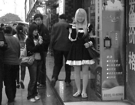 这是一篇关于女仆,动漫女仆,动漫女仆的文章。一位身穿黑色女仆装的金发女孩,正悠然自得地闲逛着——这仿佛日本动画片中的场景,前日下午,竟在大坪正街上演。原来,