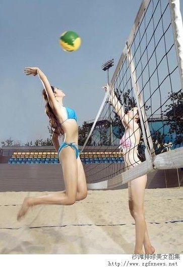 打沙滩排球的美女图